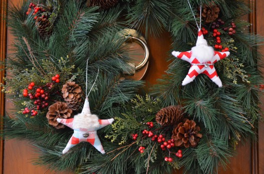 santa star ornaments on wreath